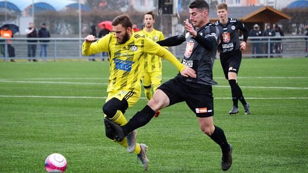 REMÍZA. Fotbalisté Varnsdorfu (ve žlutém) remizovali s Hradcem Králové 1:1.