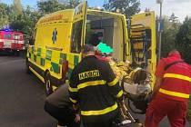 Seniorka při pádu utrpěla krvácející zranění. S transportem pomohli hasiči.