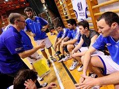 ZKUSÍ TO! Basketbalisté Varnsdorfu, v čele s trenérem Zdeňkem Stroleným (vlevo), budou hrát v novém ročníku třetí nejvyšší soutěž.