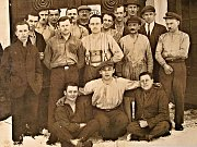 Zaměstnanci sklárny Tereza v Mlýnech na fotografii z poloviny 20. let.