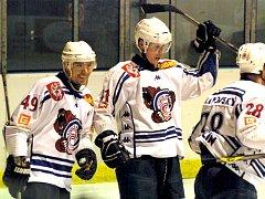 POHODA. Hokejový Děčín má v současné době opravdu parádní formu a hráčům na tvářích nechybí úsměvy. Zde se raduje Jaroslav Hašek a Radim Vacek, zády je Jan Filipovský.
