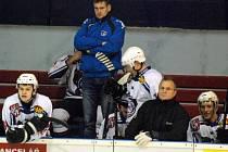 SPOKOJENOST NENÍ NA MÍSTĚ. Nový trenér Jan Havlíček zažil na lavičce tři porážky. Tu poslední v sobotu doma proti Vrchlabí.