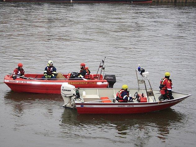 Hasiči v Děčíně pátrali po utopeném autě.