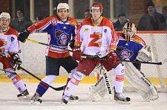 DVA BODY získali děčínští hokejisté na ledě žďárských Plamenů. Na snímku hlídkuje obránce Kaltenböck před brankářem Lavingerem.