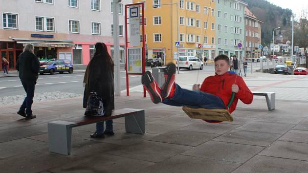 Houpačka na autobusové zastávce v Děčíně.