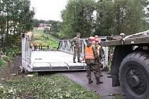 Vojáci 153 ženijního praporu z Olomouce v úterý ráno začali stavět provizorní most v Kytlicích.