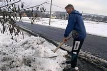 Jiří Vích si musí poradit s hromadami sněhu před svým domem.