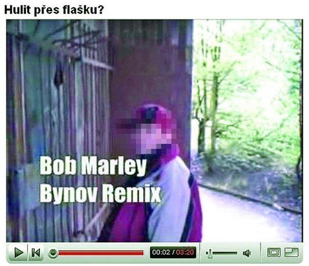 Bob Marley Bynov Remix. Takovýto název nese klip, z něhož snímek pochází a v němž se děčínští školáci chlubí požíváním drogy.