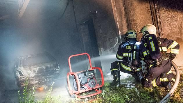 Požár bývalé garáže v Hraniční ulici ve Varnsdorfu.