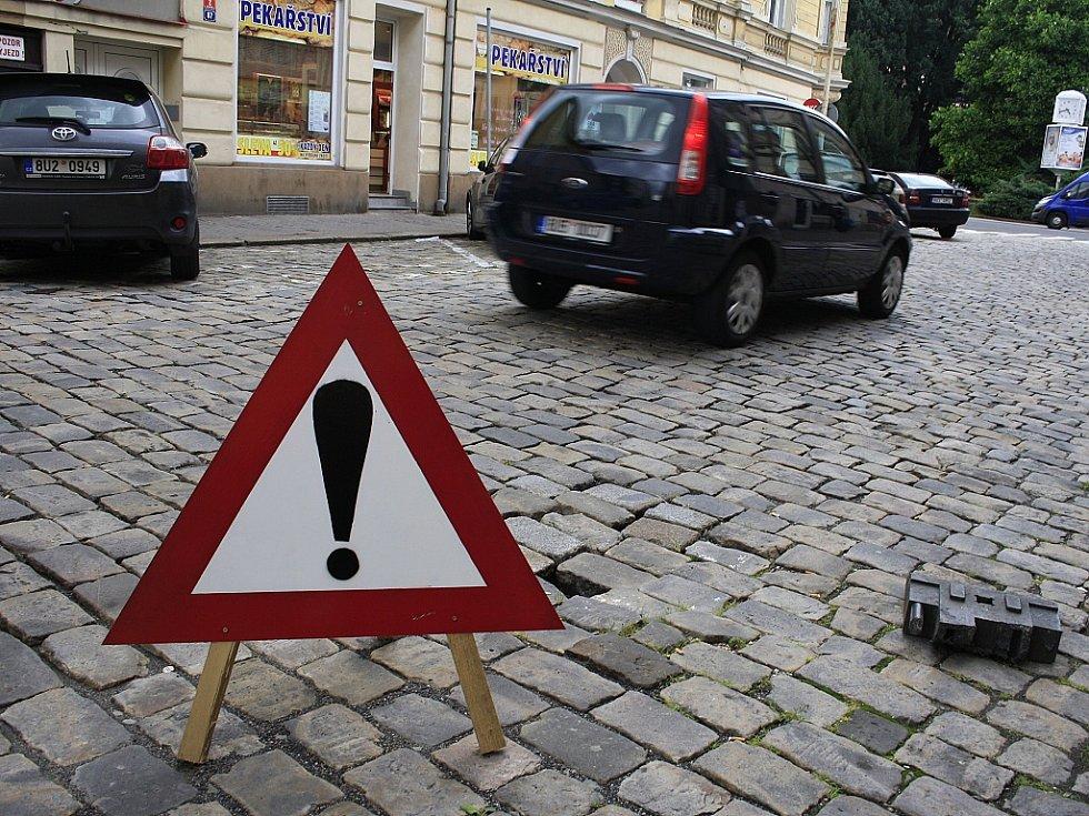 V centrum Děčína se propadají ulice.