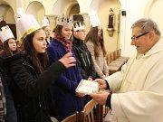 Žehnání tříkrálovým koledníkům v kostele svatého Františka z Assisi v Děčíně.