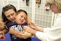 OČKOVÁNÍ. Jednou ze zbraní proti černému kašli je očkování. Ne vždy je ale účinné.