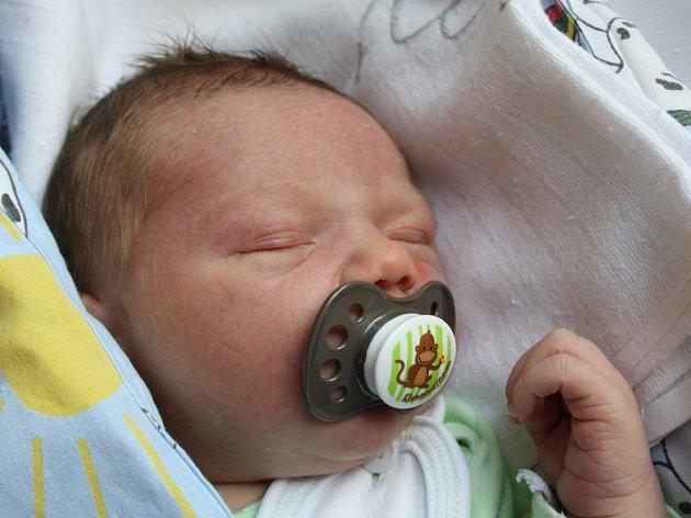 Michaela Černé z Děčína se 24. dubna v 08.05 narodil v děčínské porodnici syn Matyáš Berenteš. Měřil 53 cm a vážil 3,86 kg.