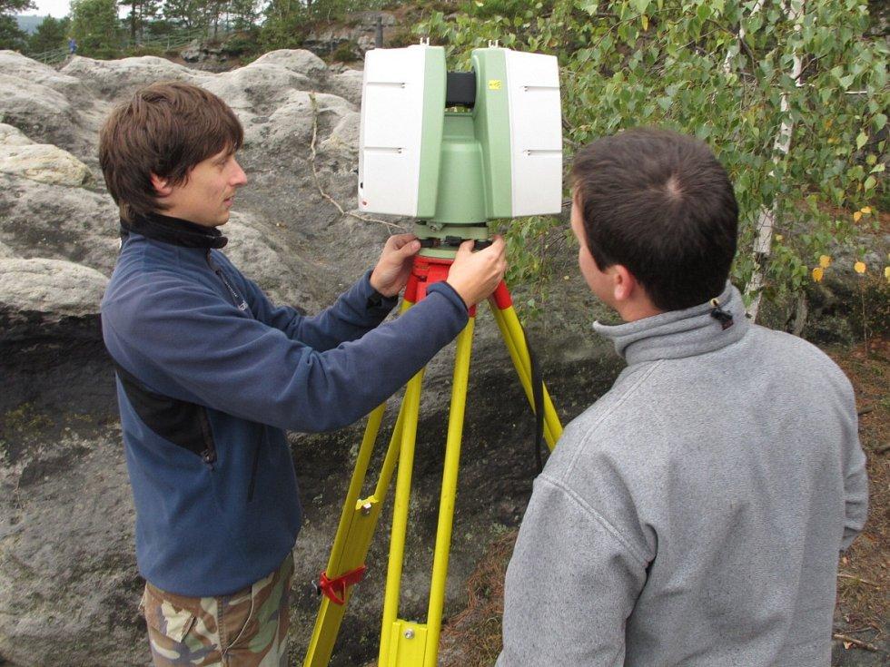 Geologové prohlíželi Pravčickou bránu.
