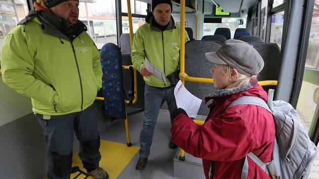 Zástupci Ústeckého kraje lidem v Děčíně lidem vysvětlovali, jak bude fungovat linková autobusová doprava od nového roku po celém kraji, tedy i na Děčínsku.