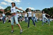 Přesně čtyři sta jedenáct lidí tančilo v úterý ve Varnsdorfu v pravé poledne na hity Michaela Jacksona.