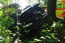 Jedna z dopravních nehod. Řidič Peugeotu dostal na zmiňované silnici na Studánce smyk,  narazil do stromu v bezprostřední blízkosti komunikace a na místě  zemřel.