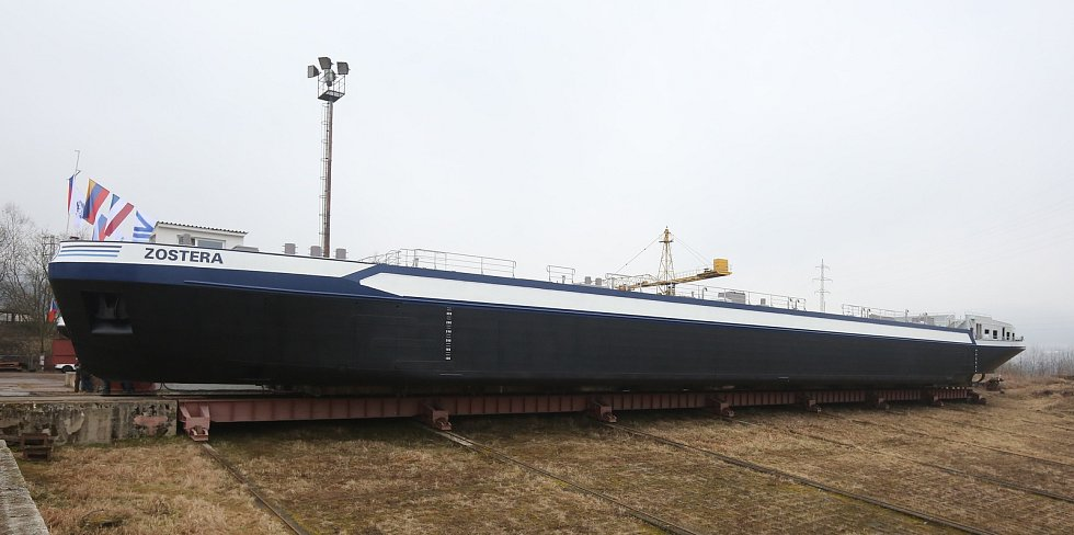 V Děčínské loděnici ve středu spustili po několika letech nově vyrobenou loď Zostera pro Nizozemskou firmu Kooiman.