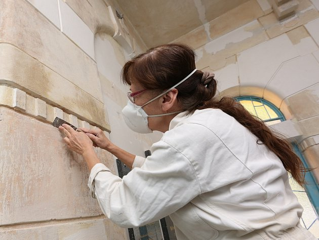 Restaurátorka Anna Svobodová pracuje na obnově původní výmalby v židovské synagoze v Děčíně.
