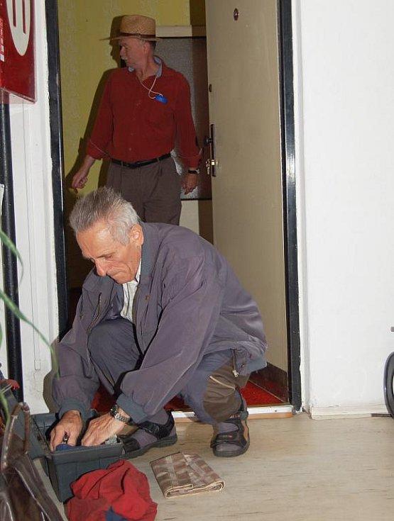 Nejprve klepání na dveře, pak zvonek a nakonec vrtačka odvrtávající zámek dveří. Tak vypadal začátek exekuce v bytě nájemníka, kterou posvětil děčínský soud.