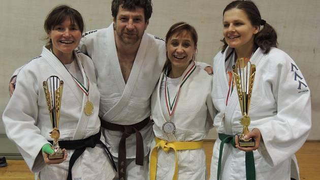 TŘI CENNÉ KOVY. Reprezentanti děčínského juda se zaskvěli v Maďarsku. Zleva to je Lenka Königová, Martin Tutko, Helena Málková a Alena Jančová.