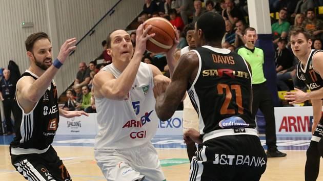 SRDNATÝ VÝKON NESTAČIL. Děčínští basketbalisté (v bílém) proti Nymburku bojovali, přesto opět prohráli.