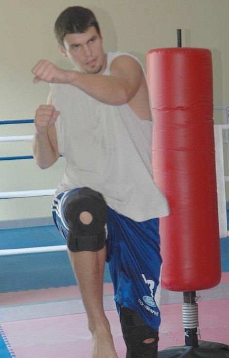DŘOU JAKO MEZCI. Děčínské baskebalisty připravoval zdatně trenér boxu Venca Němeček.