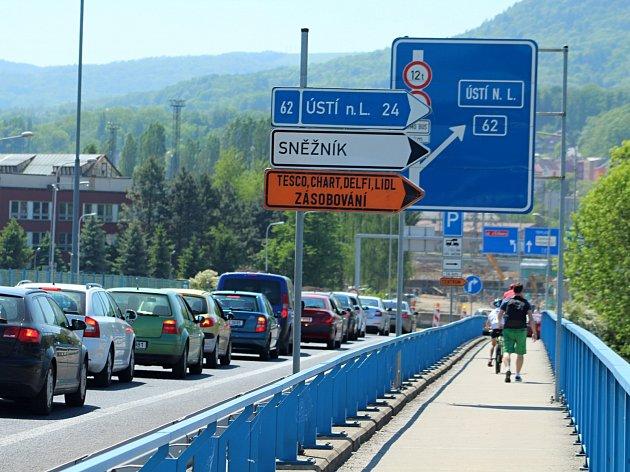 Dopravní situace je vDěčíně kvůli řadě uzavírek velmi komplikovaná.