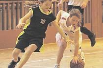 Dívky z Basket Babes (v bílém Rusnáková) porazily libereckou Lokomotivu.