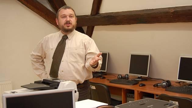 Ředitel zahradnické a zemědělské školy Libor Kunte se chlubí novou moderní učebnou výpočetní techniky.