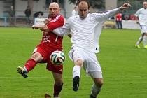 PARÁDA! Fotbalisté Modré (v bílých dresech) vyhráli 4:1 v Proboštově.