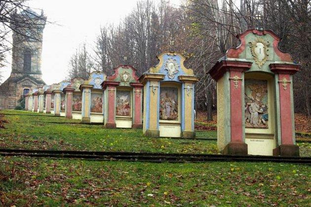 Vmalé kategorii postupuje do finále areál křížové cesty vJiřetíně pod Jedlovou na Děčínsku, kde se péče restaurátora dočkalo jedenáct kaplí božího hrobu.