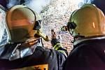 Hasiči zasahují u hořícího domu v Mlýnské ulici ve Šluknově