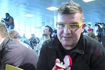 Moderátoři ústeckého rádia Kamil Bílský a Marek Leština na ruzyňském letišti. Leština tam požádal Martinu Sáblíkovou o ruku.