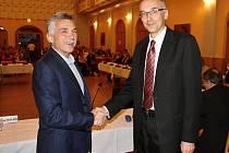 Jaroslav Sykáček (vlevo) předává funkci starosty Lumíru Kusovi
