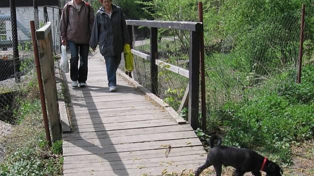 Mostek v Březinách nemá majitele.