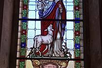 Vitráž Dobrého pastýře před a po restaurování.