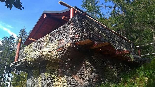 Černá stavba v nitru Lužických hor.