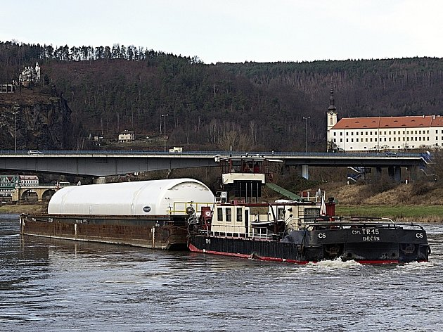 Lodní nákladní doprava na Labi.