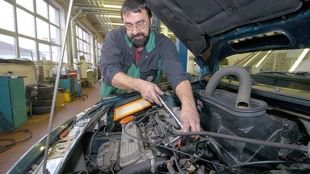Muž musel s autem k automechanikovi