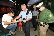 Společná hlídka české a neměcké policie kontroluje cizince na děčínském nádraží
