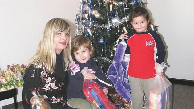 Náměstkyně primátora Zuzana Kailová přivezla dětem dárky, které jim nakoupili Ústečané a nechali je pod stromečkem na Mírovém náměstí.