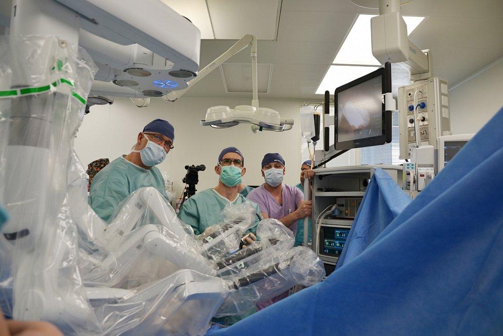 Primář děčínské chirurgie Jan Rejholec (na snímku vlevo) je špičkovým odborníkem v oblasti robotické kolorektální chirurgie.