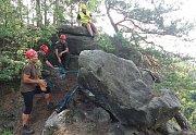 Osmitunový skalní blok ohrožoval lidi, skalní četa ho zlikvidovala.