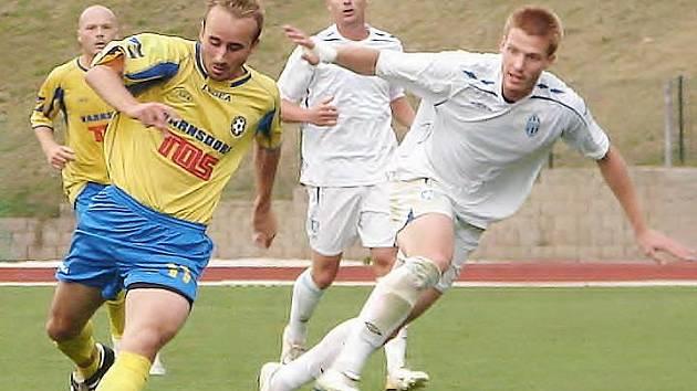 Autor postupové penalty Jaroslav Jordák (ve žlutém).