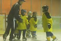Na zimním stadionu v Děčíně se koná již pátý ročník hokejové školy Maredis.