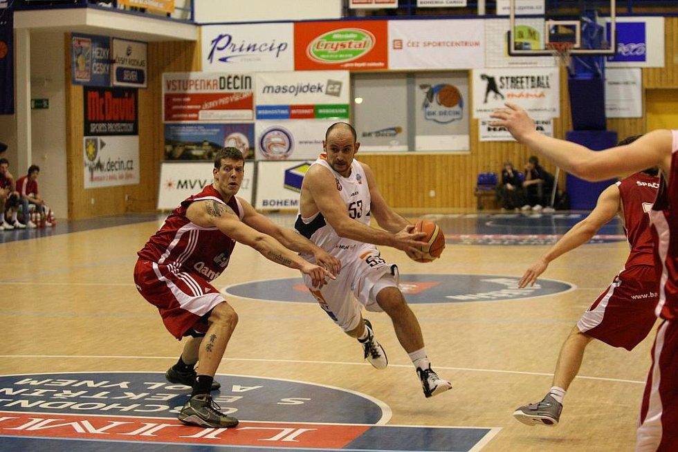 VÝHRA! Basketbalisté Děčína porazili Svitavy a jsou na prvním místě.