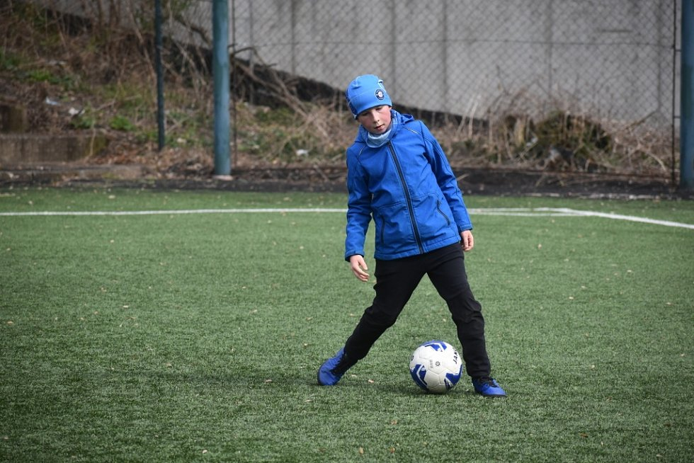 Kluci z Fotbalové akademie Petra Voříška Děčín při tréninku na Městském stadionu u nádraží.