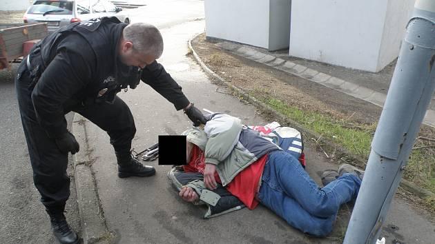Zloděj ukradené železo do sběrny nedonesl, skolil ho diabetický záchvat.