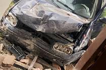 Auto v Dolní Poustevně narazilo do domu.